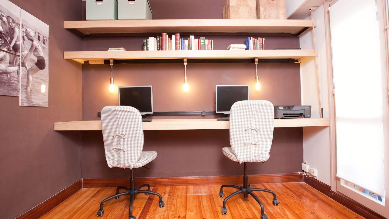 Decorar una zona de estudio baldas y mesa decogarden - Insonorizar estudio ...