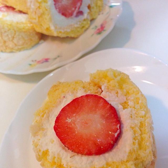卵一個で小さなロールケーキを作りました。息子が3人いた頃は4個や5個の大きなケーキ焼いていたのが懐かしい( ̄▽ ̄) - 21件のもぐもぐ - 卵一個で苺ロールケーキ by マダム とんちん