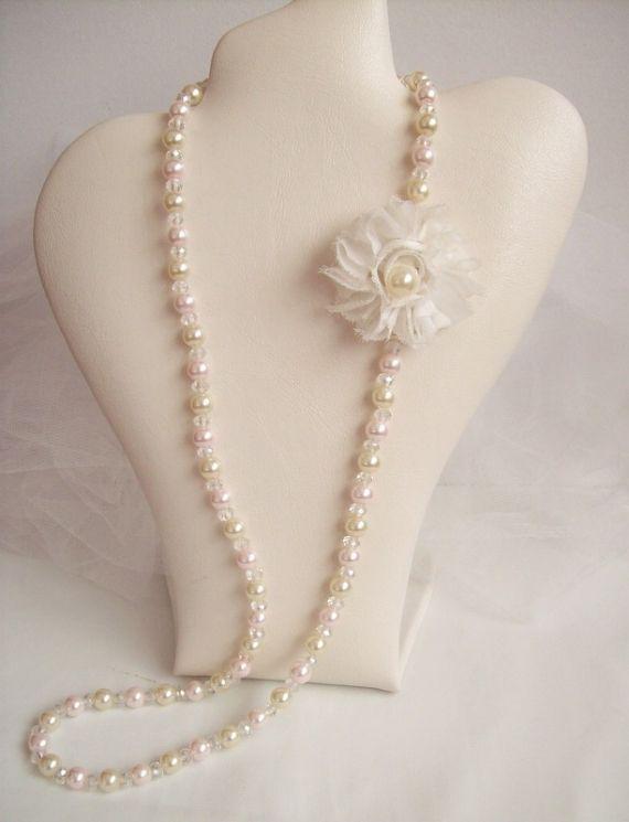 1e01f6899069 Collar largo de perlas y cristal de roca con detalle de flor ...