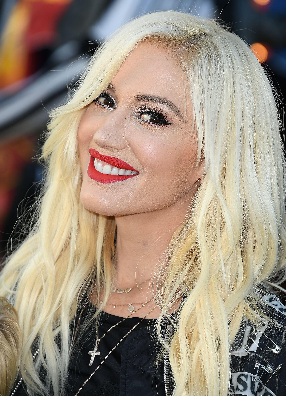 Gwen Stefani With Her Current Platinum Hair Gwen Stefani Hair Natural Hair Styles Beach Blonde Hair Color