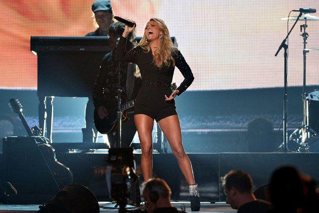 "Carrie Underwood's New Single ""Smoke Break"" Premiere / Carrie Underwoodの新曲「Smoke Break」がFMラジオで公開された。2015年10月にリリース予定の最新アルバム「Storyteller」からのトラック。"