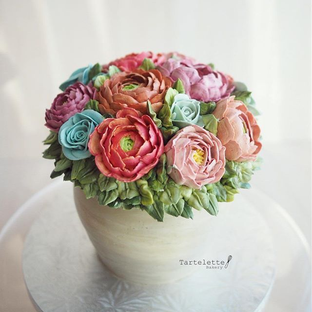 The Full Buttercream Flower Vase Ranunculus Peony And Rose
