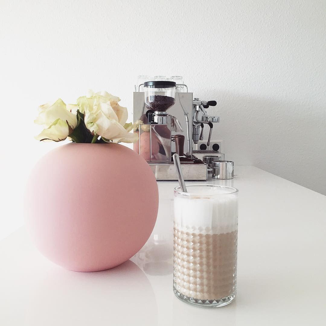 My daily dose of coffee pink stuff and flowers  Einen ganzen Monat habe ich auf diese Vase gewartet. Ein spätes Geburtstagsgeschenk an mich selbst. Gestern kam dann endlich das Päckchen aus Schweden und ich grinse seit dem jedes Mal wenn ich das große rosa Bonbon im Wohnzimmer sehe. Nur der Mann fängt an die Rosa Invasion wahrzunehmen. Ich muss mich also zügeln   Macht es euch heute fein  Wir warten auf 1926 Pakete und ich hoffe neben Spielen Brei auftauen und Kuscheln auch ein bisschen zum…