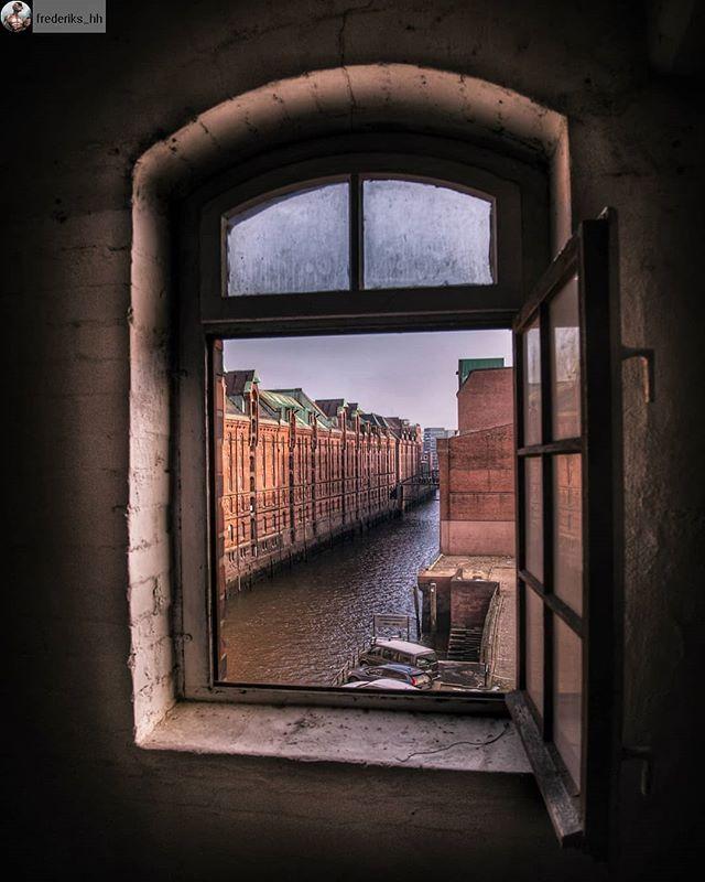 Hamburg das Tor zur Welt! Manchmal reicht aber auch ein Fenster für einen Blick in eine andere Welt  Bild: @frederiks_hh  #typischhamburch #hamburg_de #hamburg #speicherstadt #hh #teamhh #schönstestadtderwelt #hansestadt #hafen #fleet #fenster #welovehh #welovehamburg #ahoi #hamburgahoi