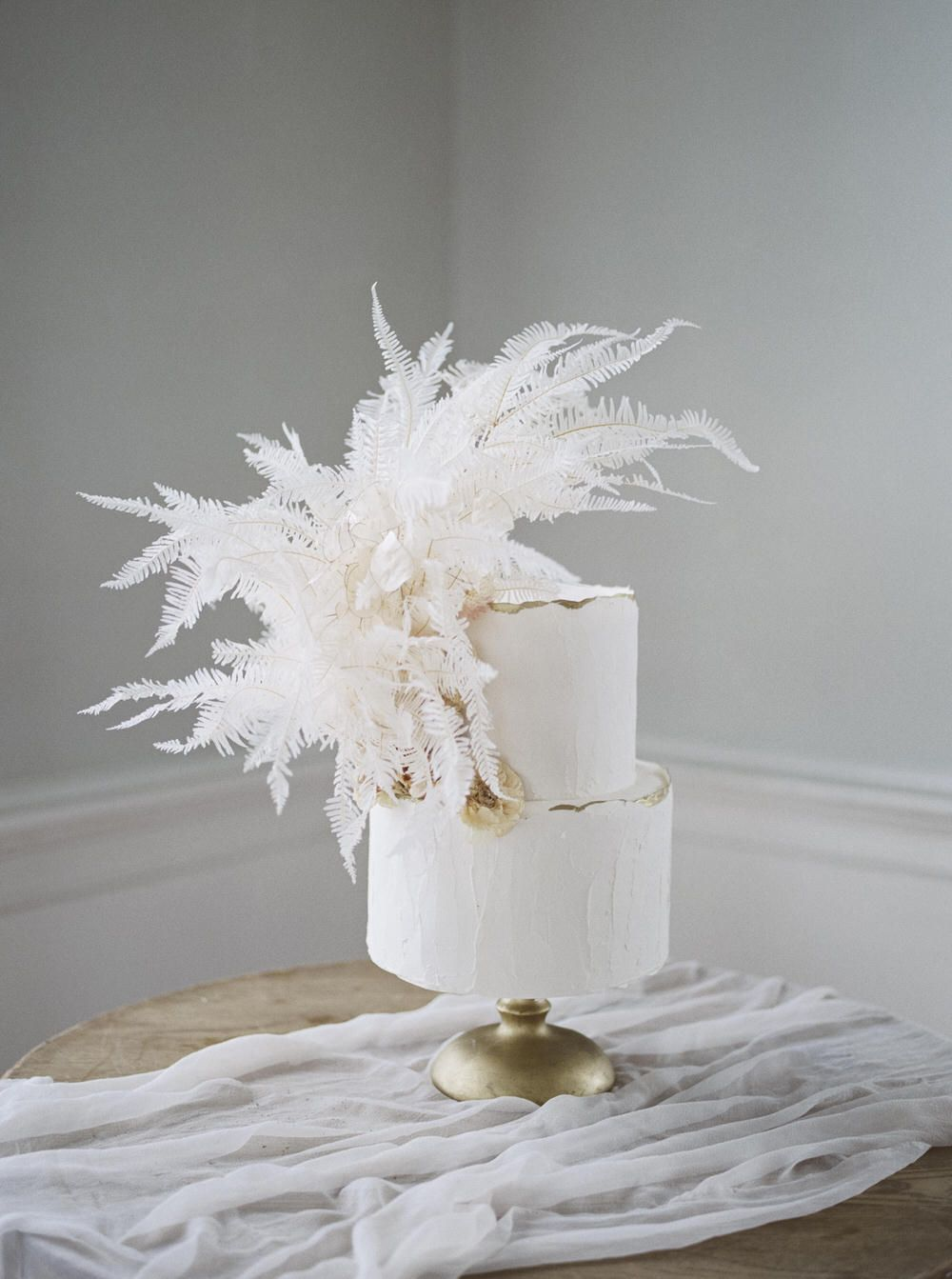 Classically Romantic Wedding in a Charleston Manor ⋆ Ruffled #allwhite