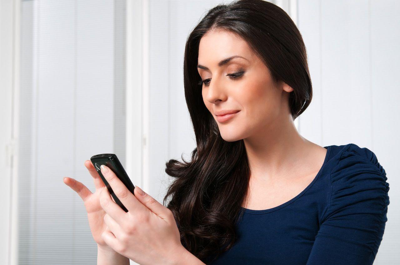 Фото девушки с телефоном в руках на работе девушки утром собираются на работу
