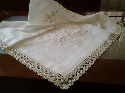 Toalha de chá quadrada  1m  com renda de crochet