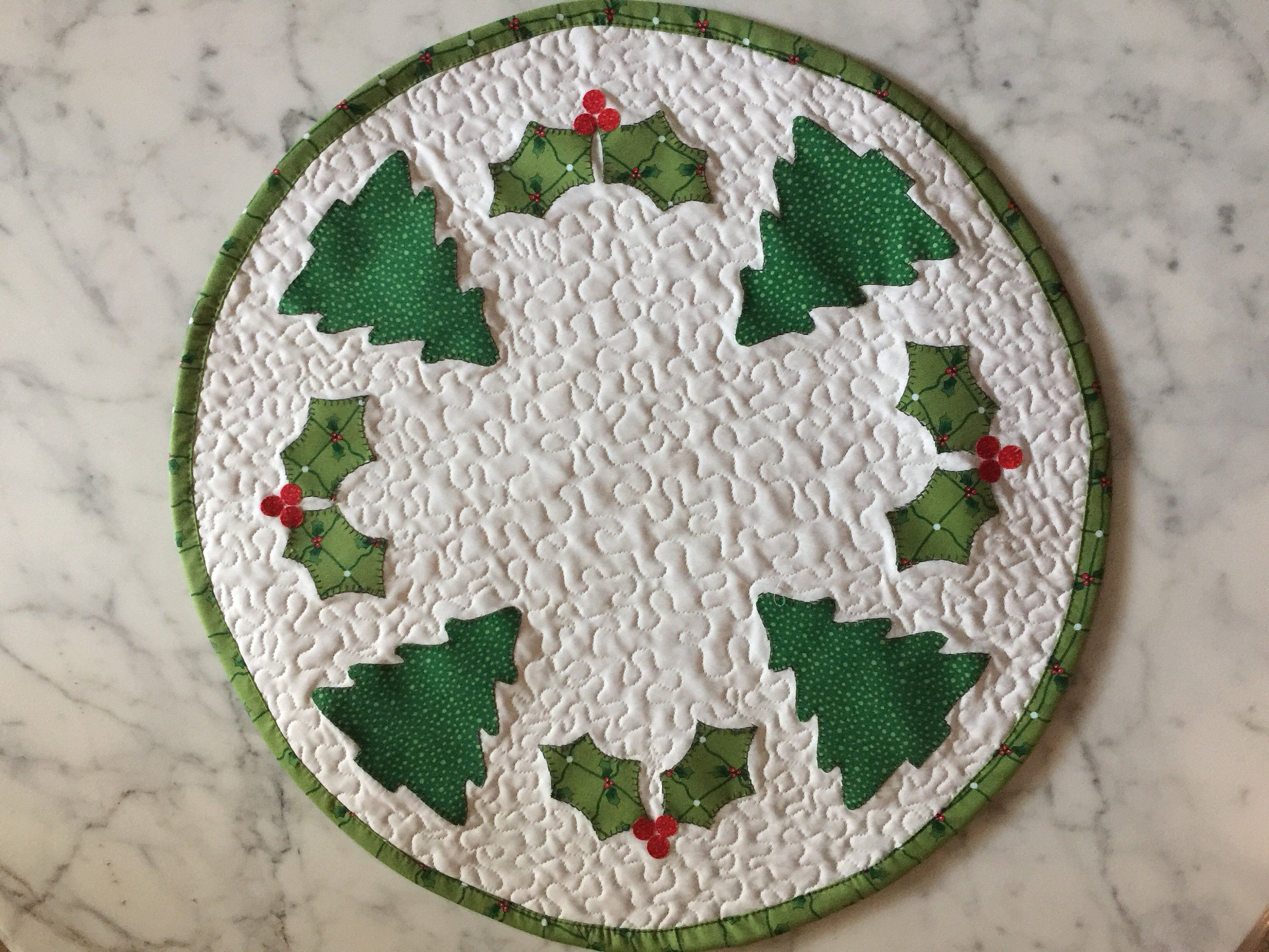 Quilted Round Table Toppers.Christmas Table Topper Quilt Round Centerpiece Quilt Green Red