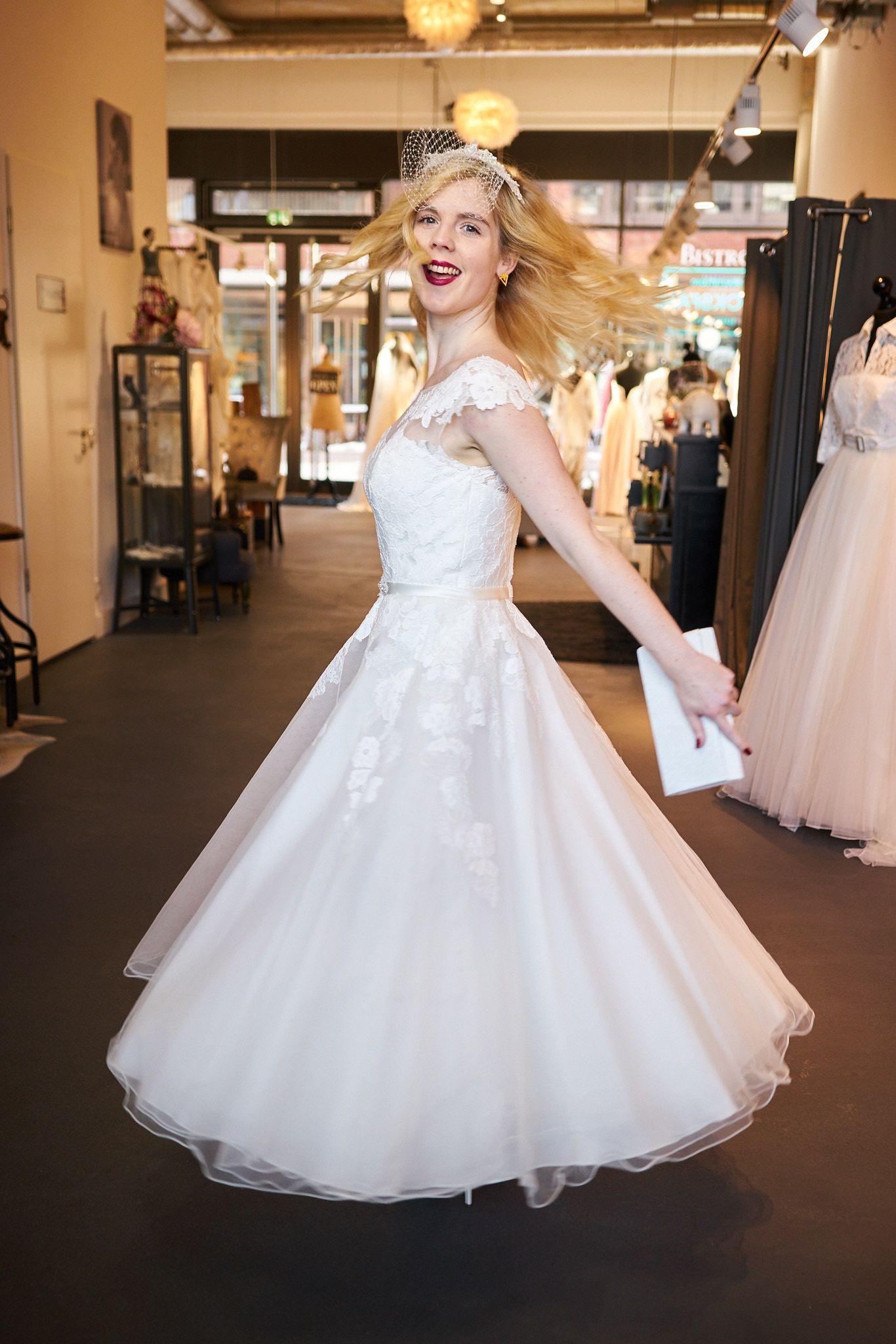 Kurzes Brautkleid - mit Spitze und besticktem Rücken