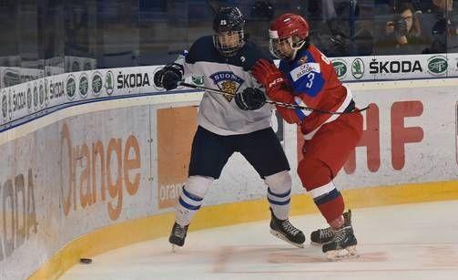 Aarne Talvitie taistelemassa kiekosta Venäjän Danila Galeniukin kanssa.