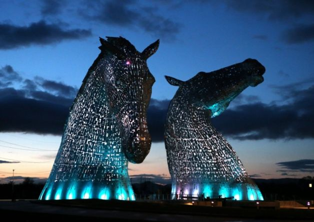 The Kelpies Statues Lit Up At Helix Parkland In Falkirk Scotland - Amazing horse head sculpture lights scottish skyline