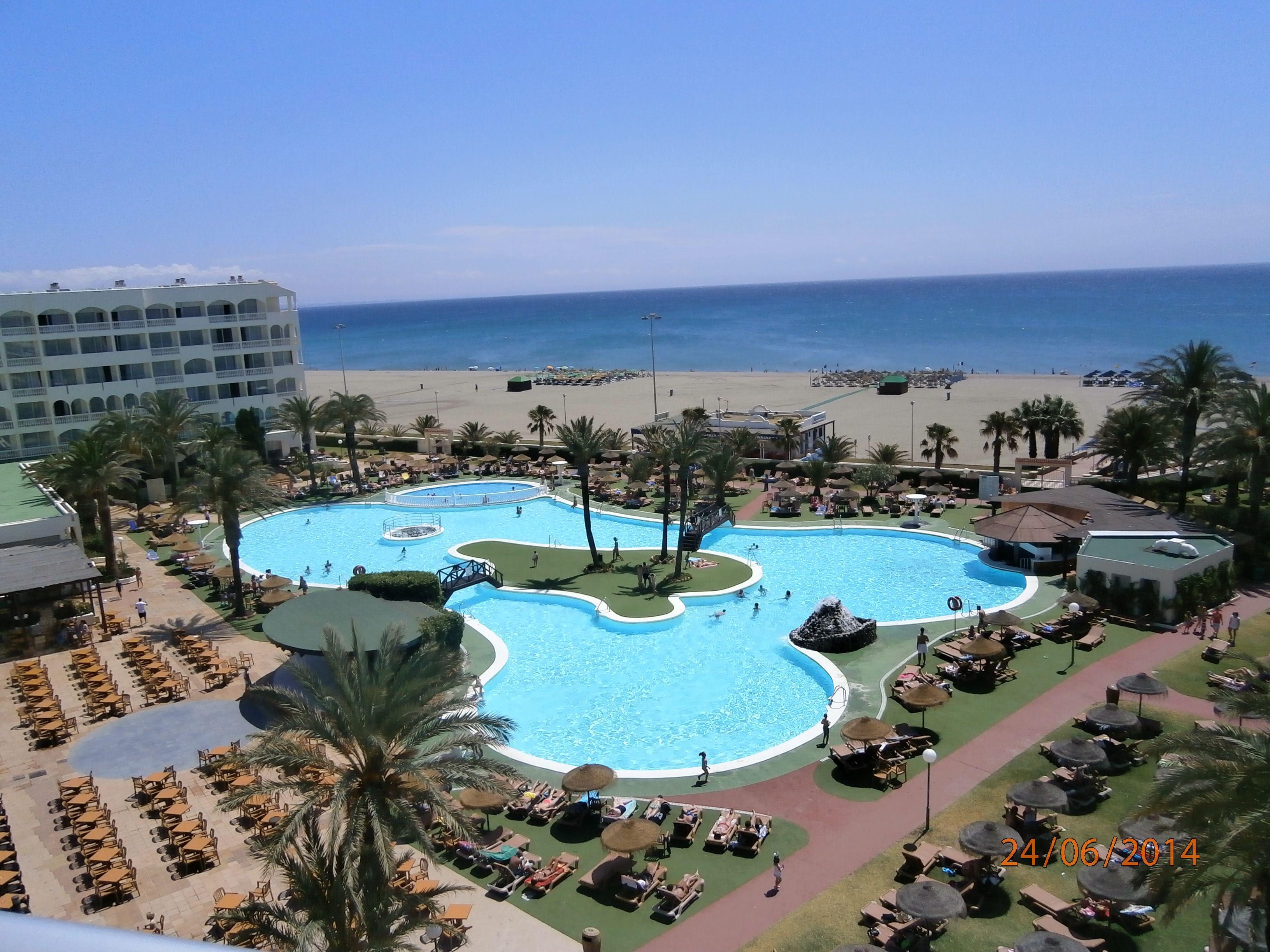 El exterior sería del estilo al de este hotel de Roquetas de Mar. Piscinas grandes y con acceso directo a la playa