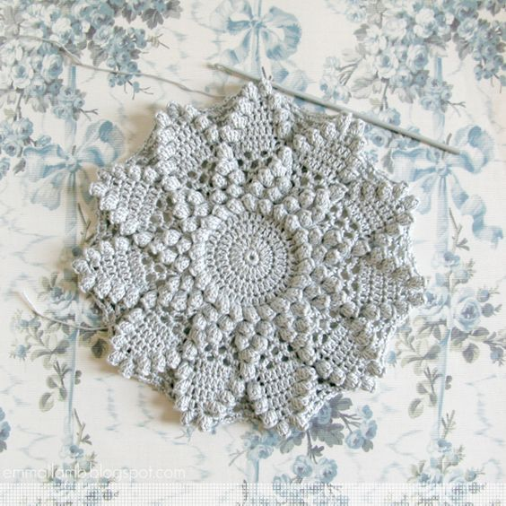 January crochet : pillow or potholder? / © emma lamb (Vintage pillow design from - Woman's Weekly, Best of our... Vintage Patterns)   emmallamb.blogspot.com #vintagecrochet:
