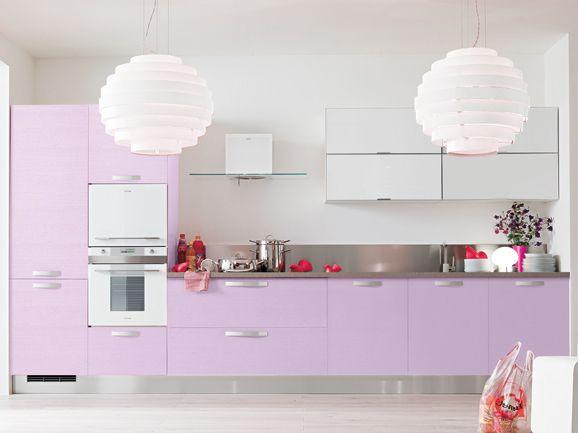 Cucina lineare moderna l.390 cm anta poro frassino traverso lilla, pensili vetro bianco con telaio alluminio.