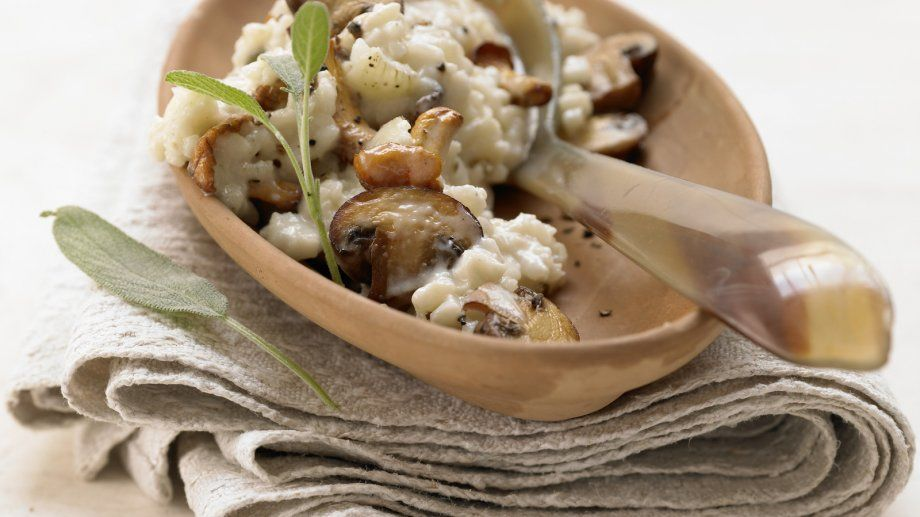 Der vegetarische Risotto mit Pilzen schmeckt einfach herrlich nach frischen Pilzen: Risotto mit Pilzen – smarter und Salbei | http://eatsmarter.de/rezepte/risotto-pilzen-smarter