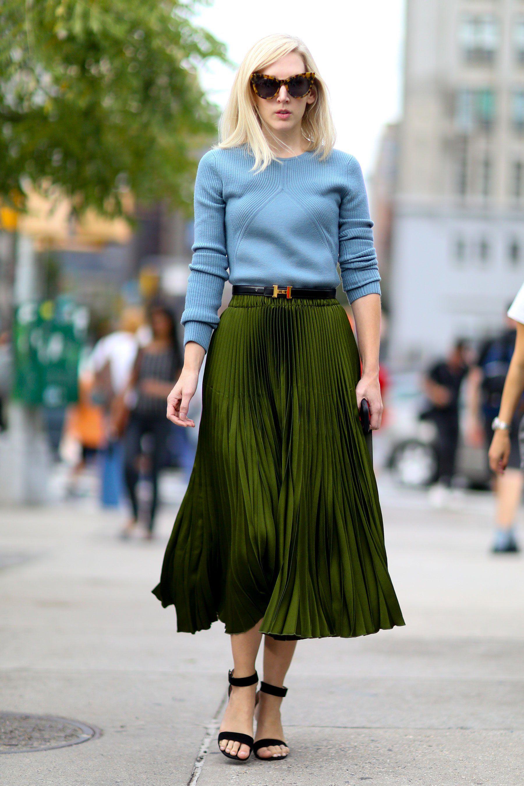 71b3186e9b2a 25 façons de porter sa ceinture autrement street look   pull bleu clair et  jupe midi plissée verte ceinture hermès