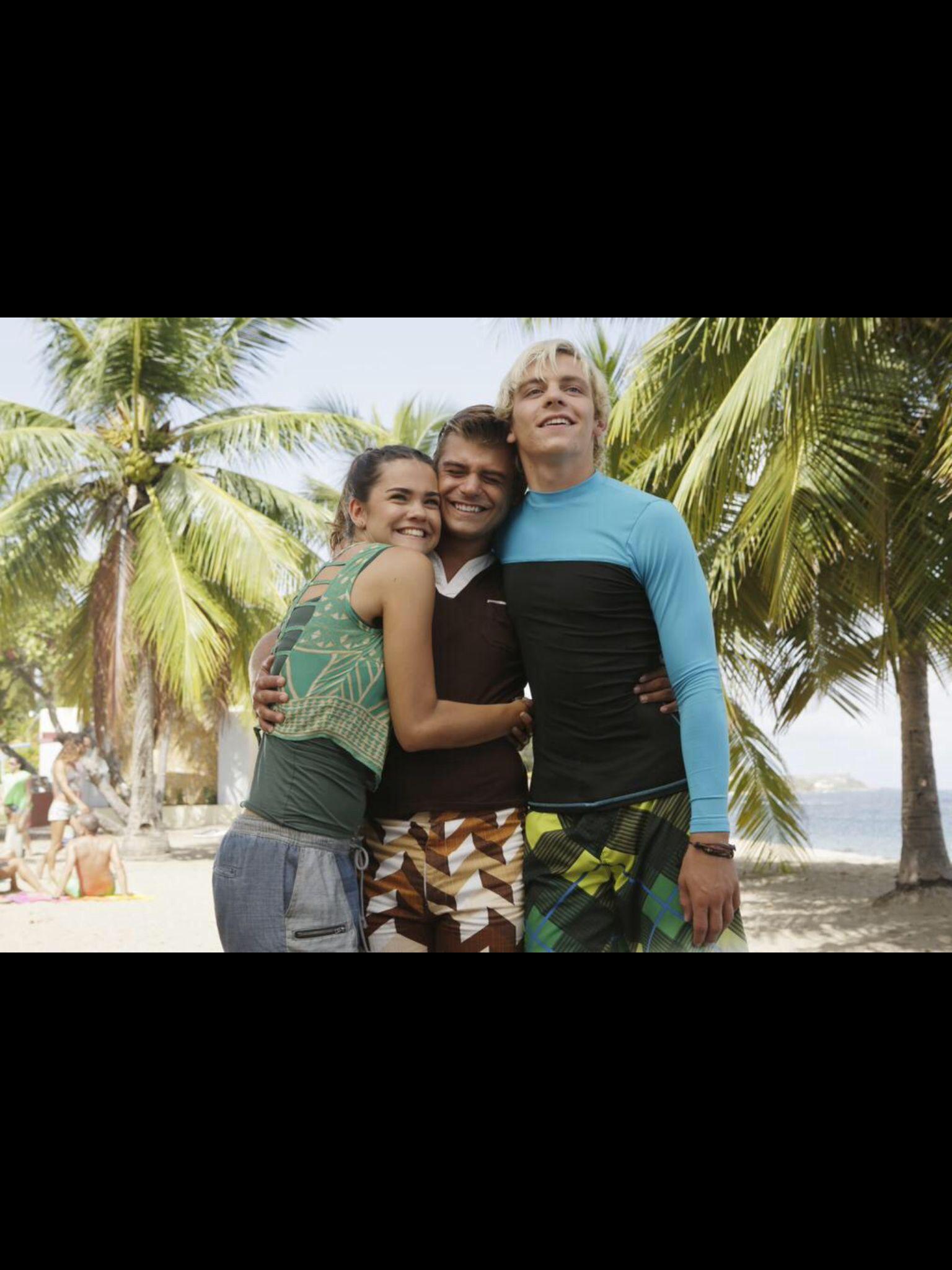 McKenzie (Maia Mitchell) en haar vriendje Brady (Ross Lynch) houden enorm van surfen.