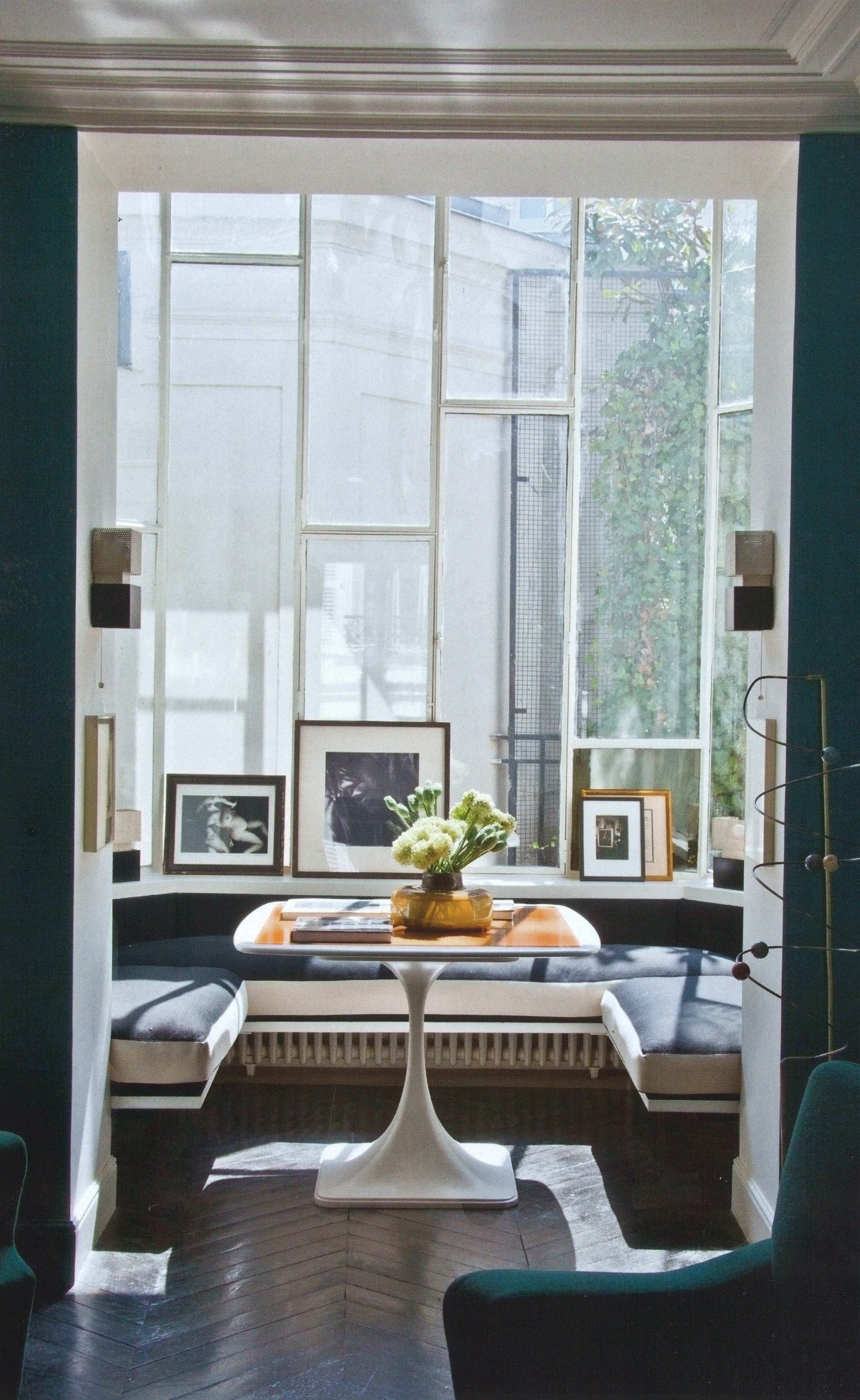 Kitchen window without sill  leaned art on window sill  casa detalles y espacios  pinterest