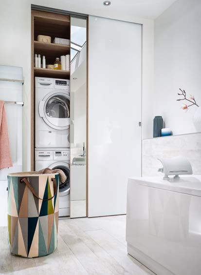 Signée Mobalpa, cette salle de bains associe le bois et le blanc