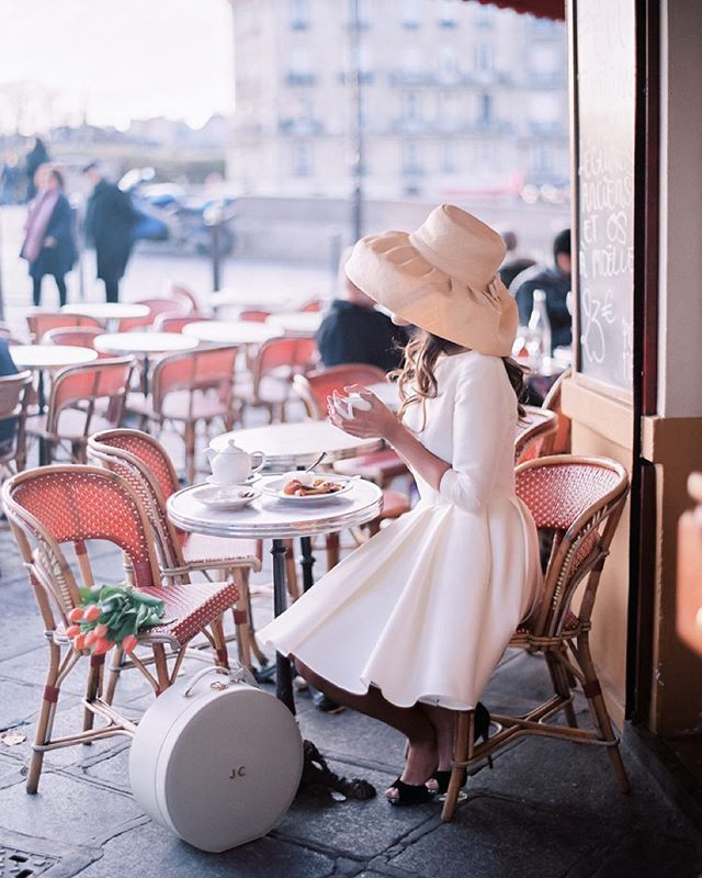 Hoping to get your hands on one of our monogrammed Hatboxes? Head over to the @smpweddings website today and follow instructions to be entered in a giveaway! Photo: @audreyparisphoto Dress: @meryl.suissa Hair & Makeup: @harold_james #trousseauandco #packitpretty #stylemepretty #paris #parisianchic
