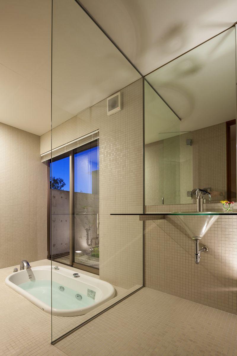 若ヶ谷の家 竣工後11年の写真 洗面台 浴室とのパーティション