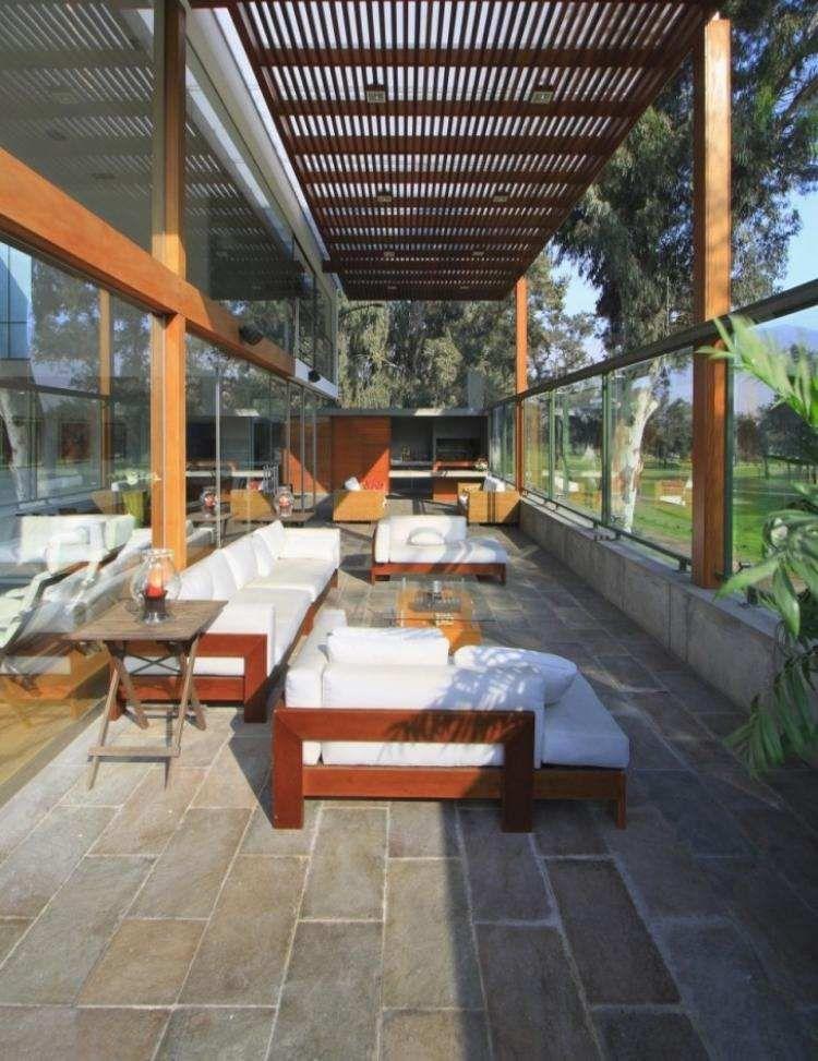 fliesen aus naturstein und berdachte terrasse eines modernen hauses pergolen pinterest. Black Bedroom Furniture Sets. Home Design Ideas
