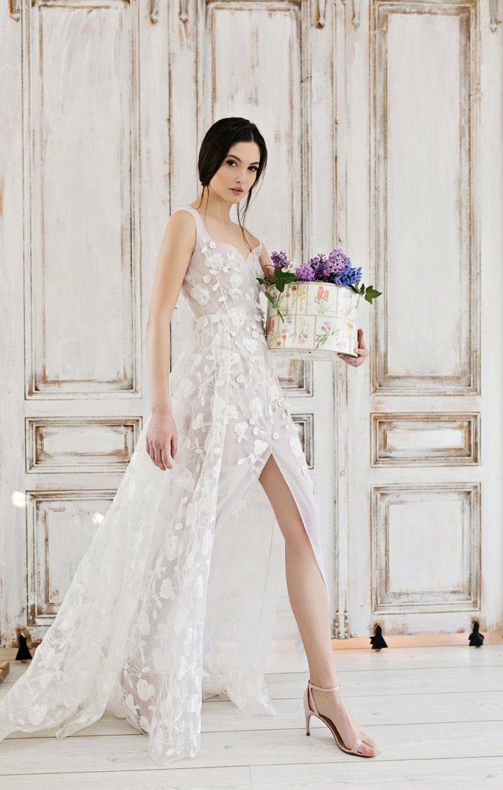 Exquisite Wedding Dresses - Front Split wedding dress | itakeyou.co.uk #wedding #weddingdress #weddingdresses #weddinggown #beautifulgown #exquisiteweddingdress