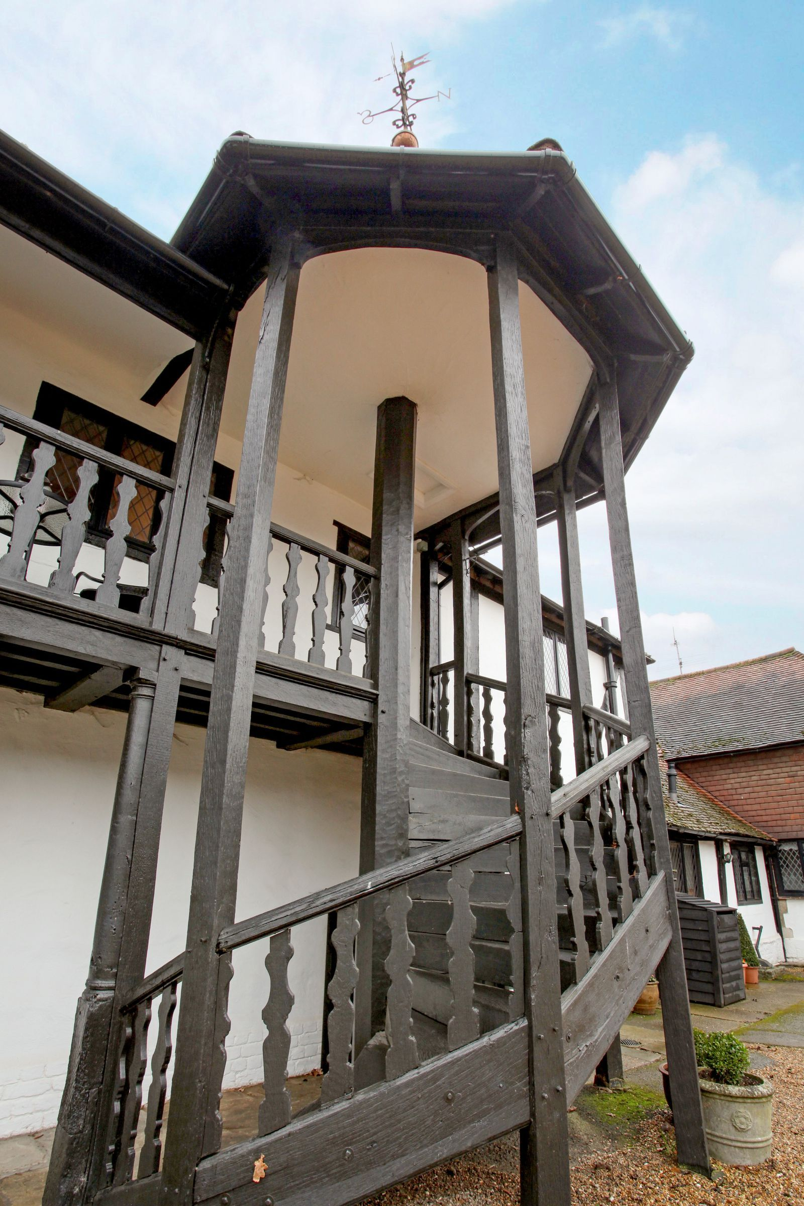 Best Tower Cottage For Sale In Surrey Boasts A Spectacular 400 x 300