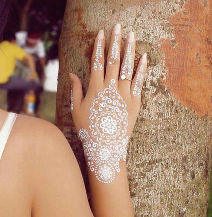 Tattoo Ideen Auf Der Hand Von Einer Schonen Frau Weisse Tattoos Henna Stil Braut Hochzeit Ring Mit Di Henna Tattoo Hand Pretty Henna Designs White Henna Designs