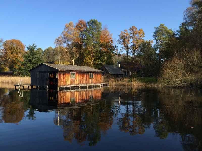Komfort Ferienhaus Am Zootzensee Inkl 4 000 Qm Seegrundstuck 2 Ps Angelkahn Sauna Ferienhaus Ferien Hausboot