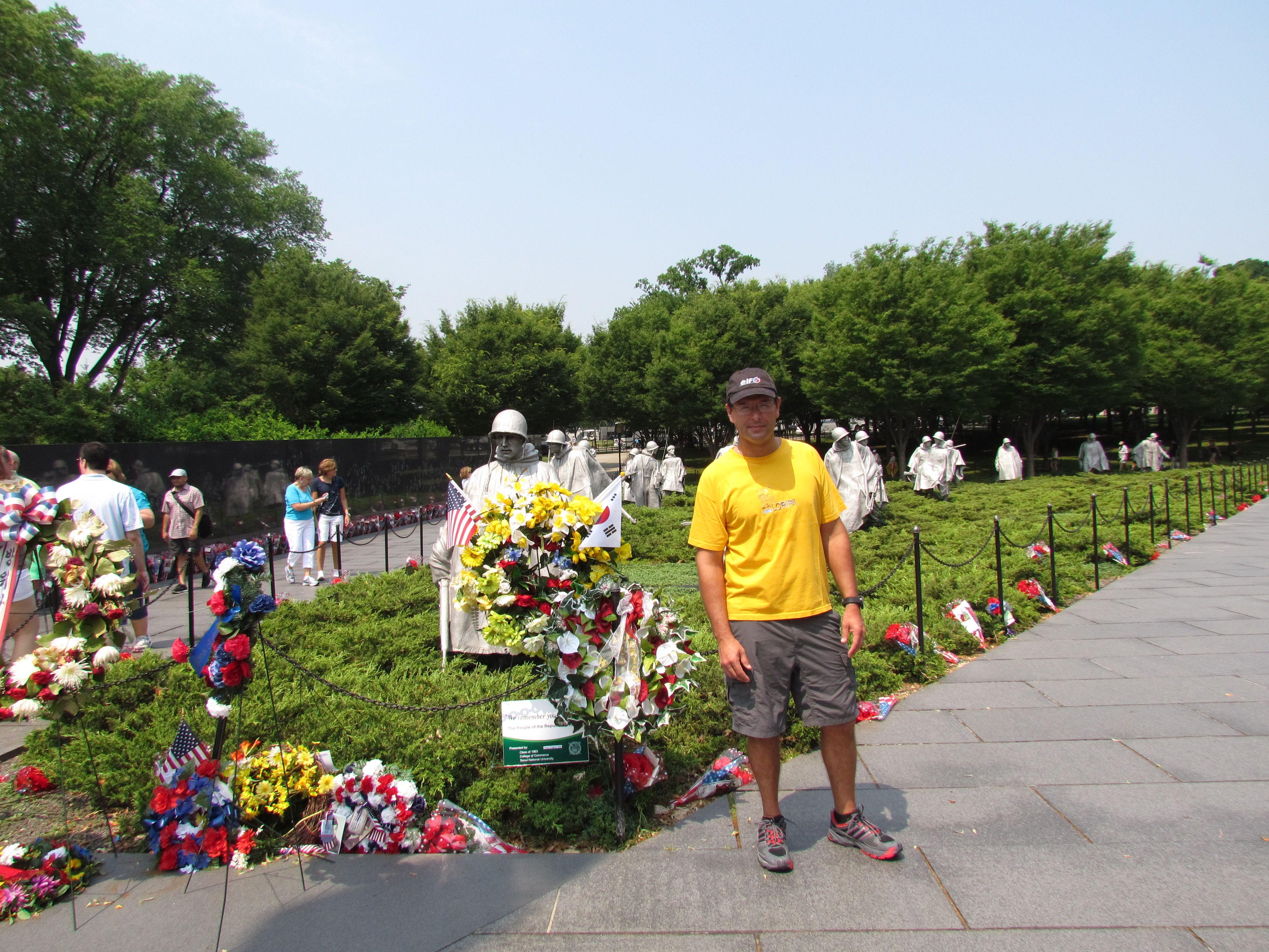Monumento a los veteranos de la Guerra de Corea. El monumento tiene forma de triángulo interseccionando con un círculo. Dentro del triángulo hay 19 estatuas de acero inoxidable diseñadas por Frank Gaylord, en un tamaño mayor que el tamaño real (entre 2,20 metros y 2,28 metros) que representan un escuadrón de patrulla.