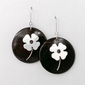 fb0f48ee35f0 Aretes de coco con incrustación flor de plata con arillo aprox. 3 cm de  diámetro. Diseñado por Luisa Ximena