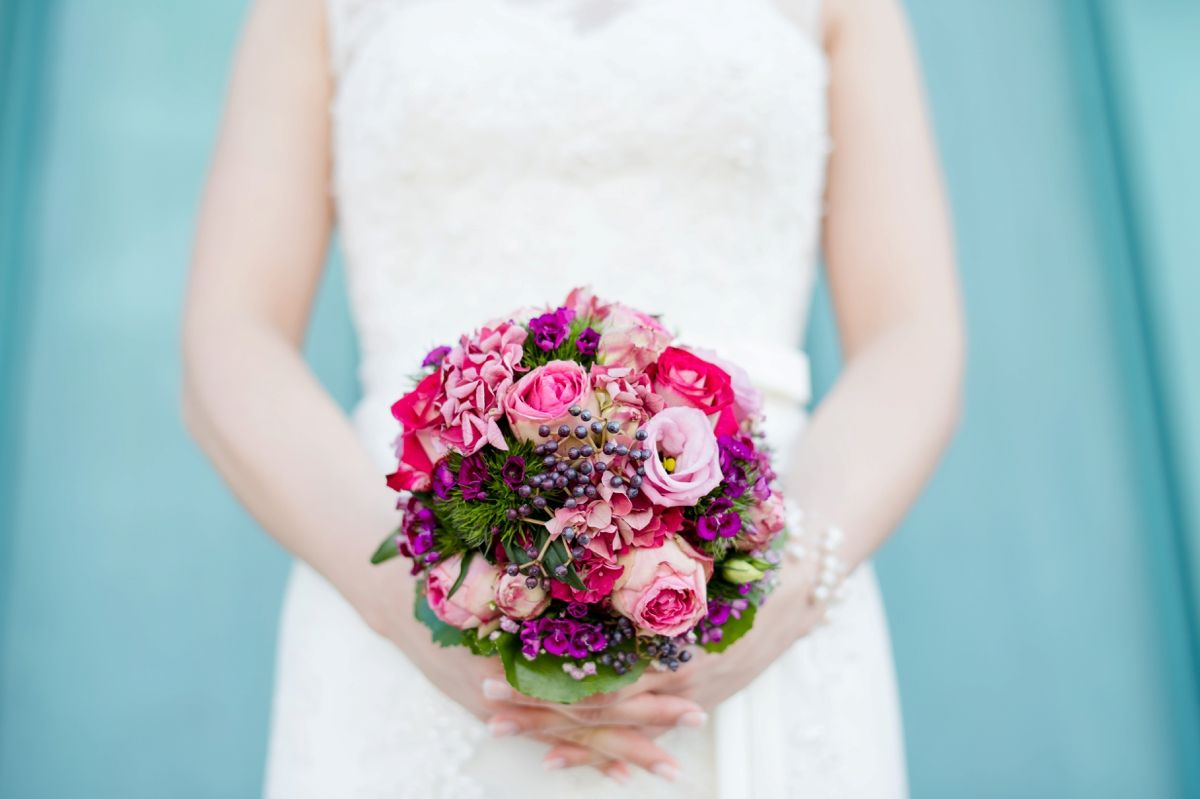 brautstrau beerenfarben kr ftig lila pink wedding bouquet photo by rebecca conte. Black Bedroom Furniture Sets. Home Design Ideas