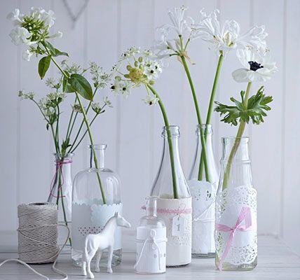 tischdeko mit blumen flaschen vasen und tischdeko. Black Bedroom Furniture Sets. Home Design Ideas