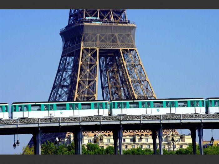 Une Vue Imprenable Metro Parisien Tour Eiffel Metro Paris