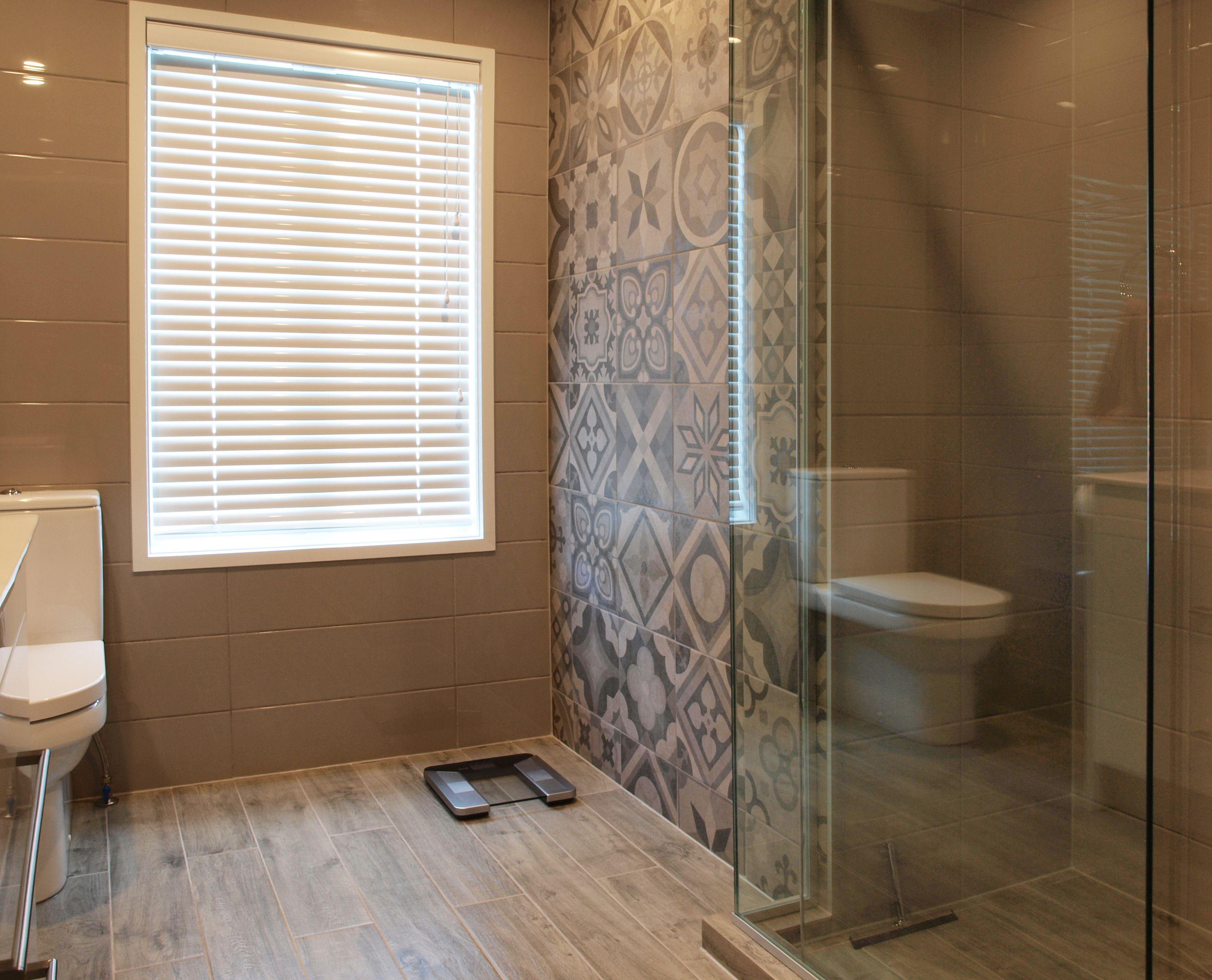 Gredos 30 patterned tile with wood look tile floor. #bathroom #tiles ...