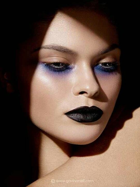 the black lips are amazing... but that under-eye purple-blue ombre shadow? MMMWAH!