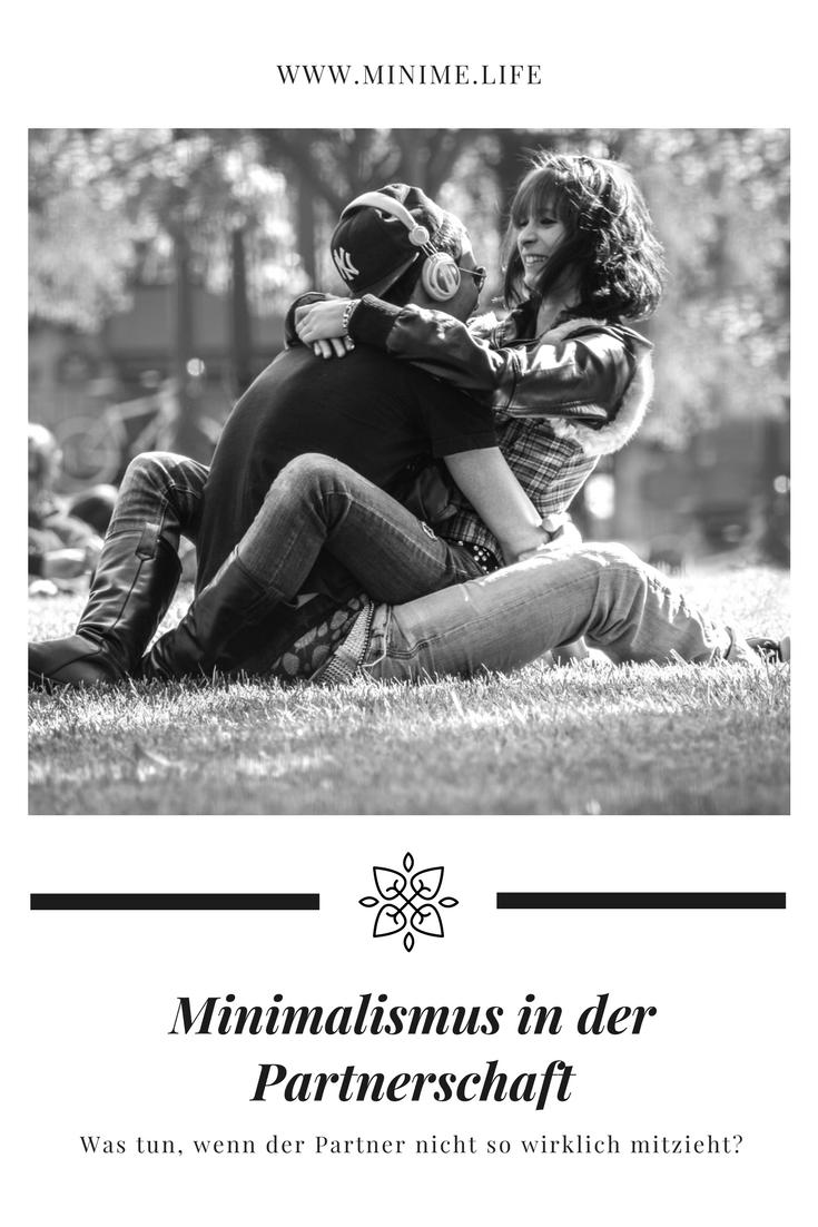 Minimalistisch zu leben ist nicht immer einfach. Ganz besonders dann nicht, wenn man in einer Partnerschaft lebt und der Partner oder die Partnerin nicht wirklich mitzieht. In diesem Beitrag gebe ich Tipps, wenn die jeweils bessere Hälfte den Lebensstil nicht unbedingt teilen möchte #minimal #minimalismus #minimalism #couple #partnerschaft