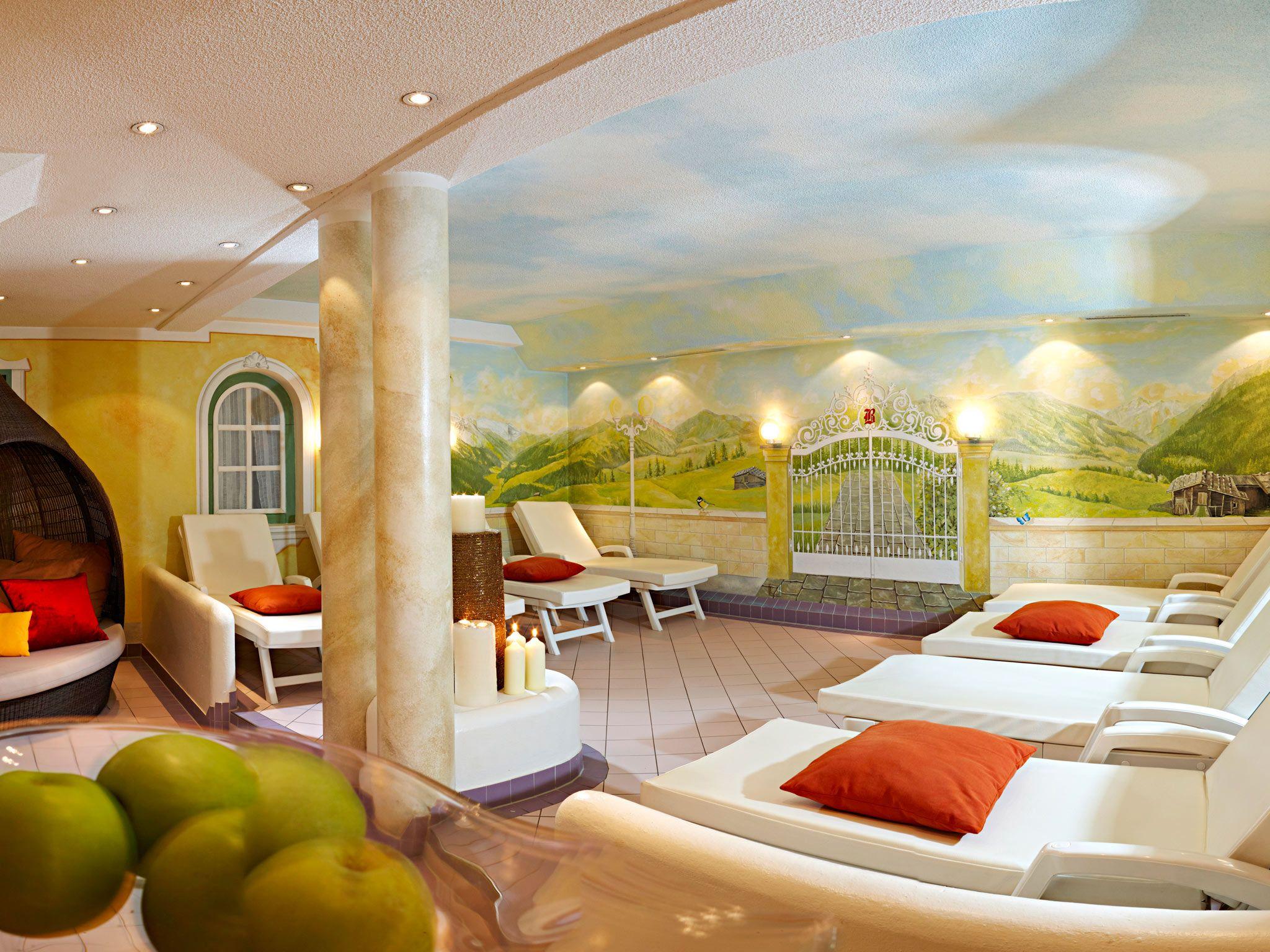 Großzügige Ruhezonen mit Vitamin - Ecke im Wellnesshotel Bergland in Hintertux. #massage #beauty #entspannung #ruhe #wellnessbehandlung #relaxen #wellness #spa #zillertal #wellnesshotel_bergland #alpine_spa #ruheraum #vitaminbar