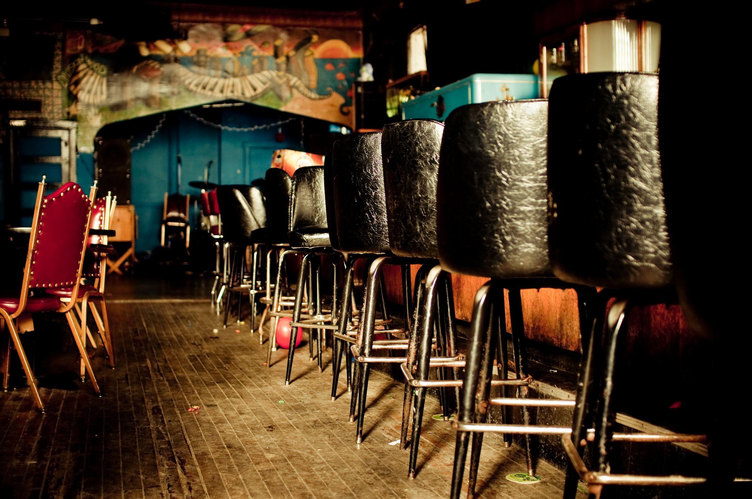 Dive bar interior smoo pinterest restaurant for Bar dive