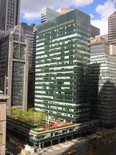 Lever House de Nueva york Es un rascacielos fue construido entre 1951 y 1952. Esta construido de vidrio color verde azul lo cual se me hace atractivo y mas porque resiste al calor.