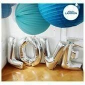 LOVE argenté pour décorer un réveillon de Nouvel An Ballons géants LOVE argenté pour décorer un réveillon de Nouvel An Ba...