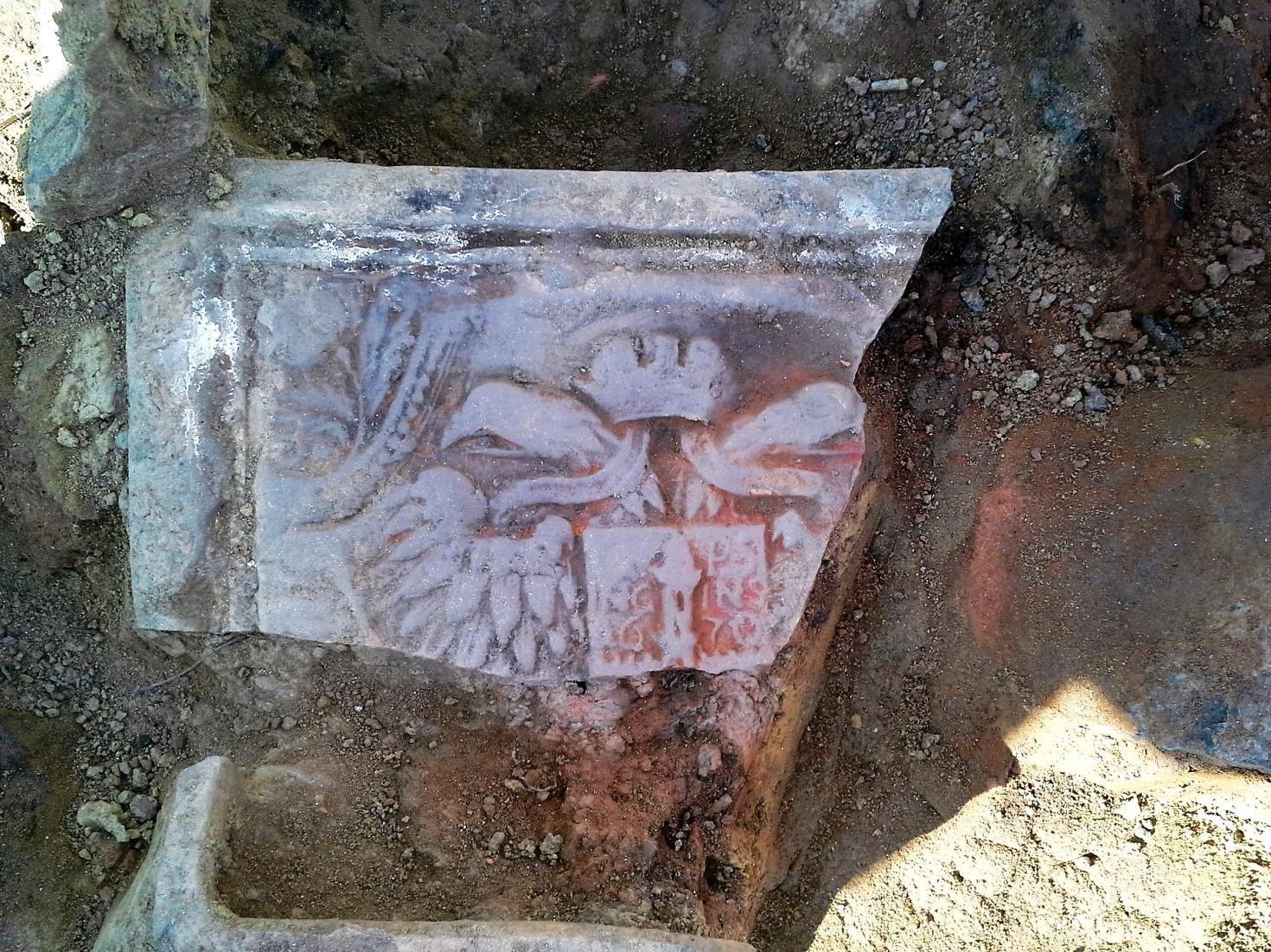 A megyeszékhely középkori várának keleti fala mentén 1670-es dátummal ellátott, kétfejű sassal díszített kályhacsempe töredéket találtak a régészek a Göcseji Múzeum szomszédságában zajló ásatáson, ami a leendő Mindszenty emlékközpont mintegy 900 négyzetméteres területén zajlik.
