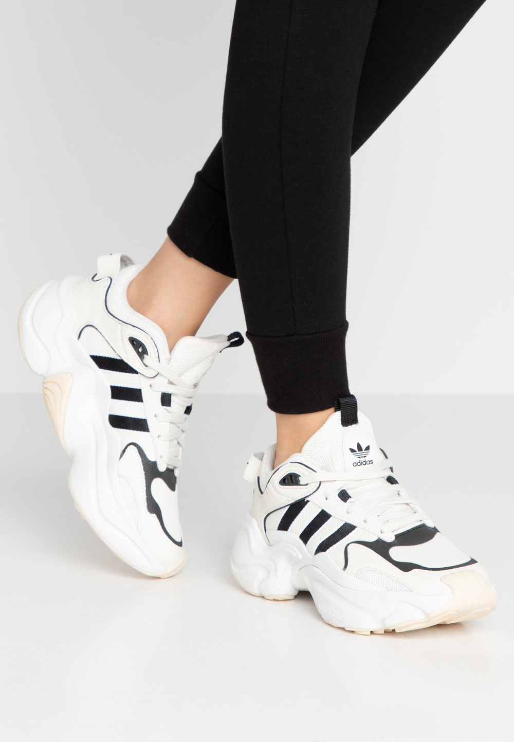 adidas Originals MAGMUR RUNNER - Joggesko - offwhite/cloud ...