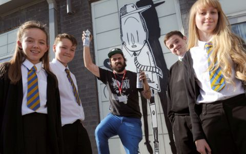 Alex Senna e alunos da Whitburn Church of England Academy