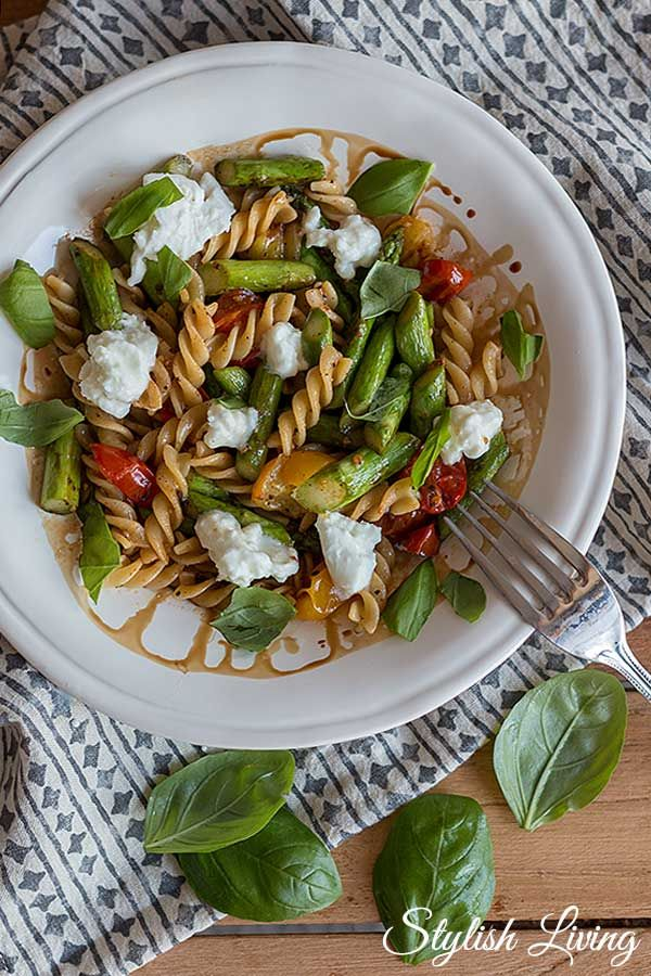 Pasta mit grünem Spargel, Ofentomaten und Fetakäse | Stylish Living
