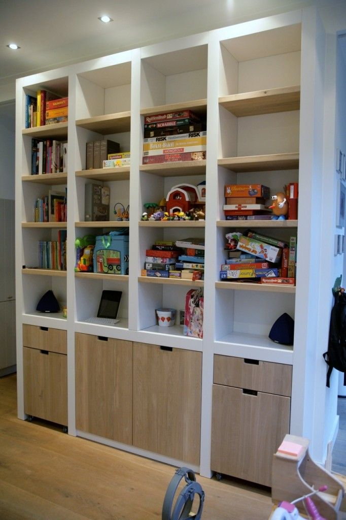 Hoge kast met eiken planken en laden op wielen | bookshelves ...