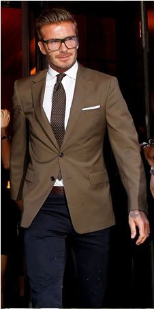 Don't think David Beckham made the best choice in colour of pants to go with, what is a terrific looking jacket / blazer