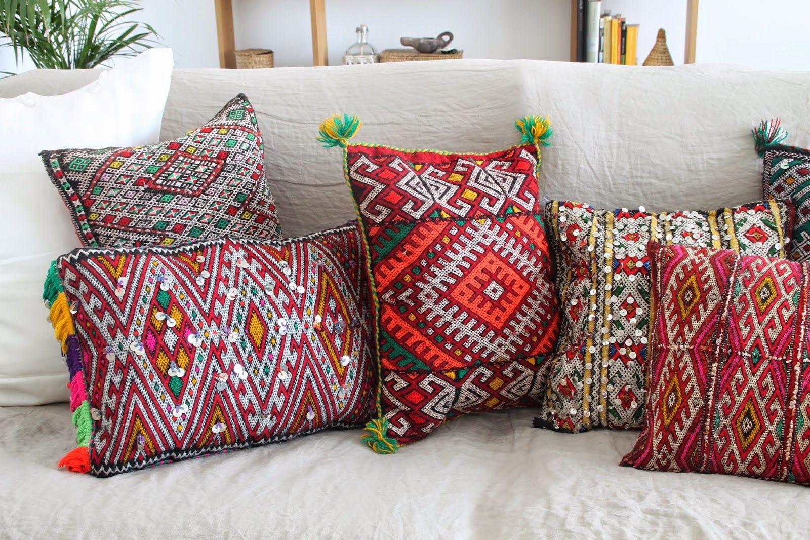 quedamos en un bazar textil. cojines bereberes. dar amïna