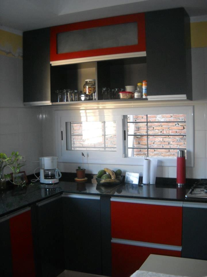 Cocina realizada con melamina color gris grafito y rojo, con manijas ...